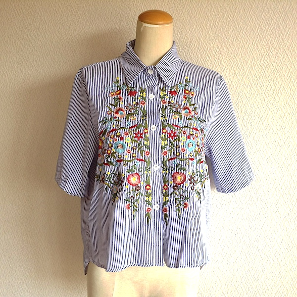 花柄刺繍ストライプ半袖シャツ